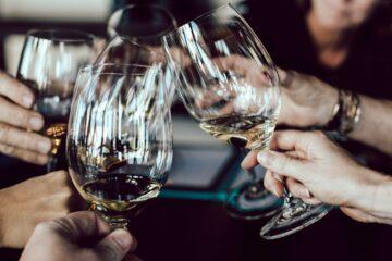 Sauvignon Blanc Gläser anstossen